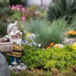 Преимущества украшения участка садовыми фигурками
