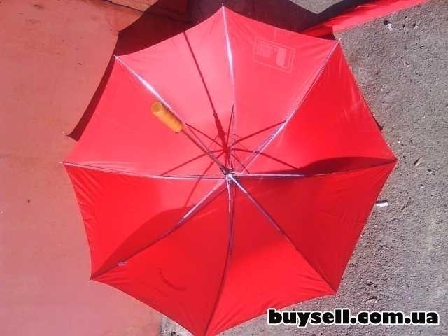 Зонт красного цвета изображение 4