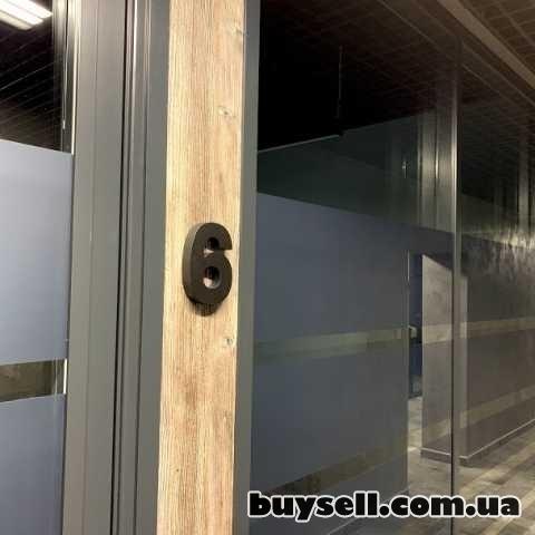 Офисные перегородки с плёнкой на стекле. Алюминиевые прегородки в офис изображение 2