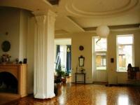 Гарний,  великий,  затишний будинок з площею 850 м2